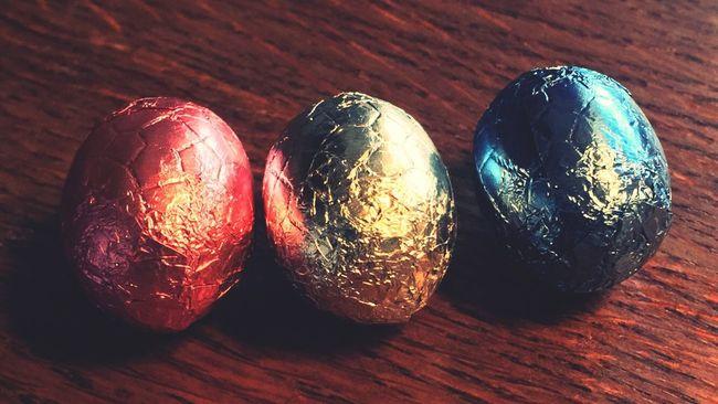 Easter Eggs left, letzte Ostereier Eggs Eier Chocolate Schokolade Sweets Iphonegraphy Roud Wäiss Blo Colored Eggs Hobbyfotograf Hobbyphotography
