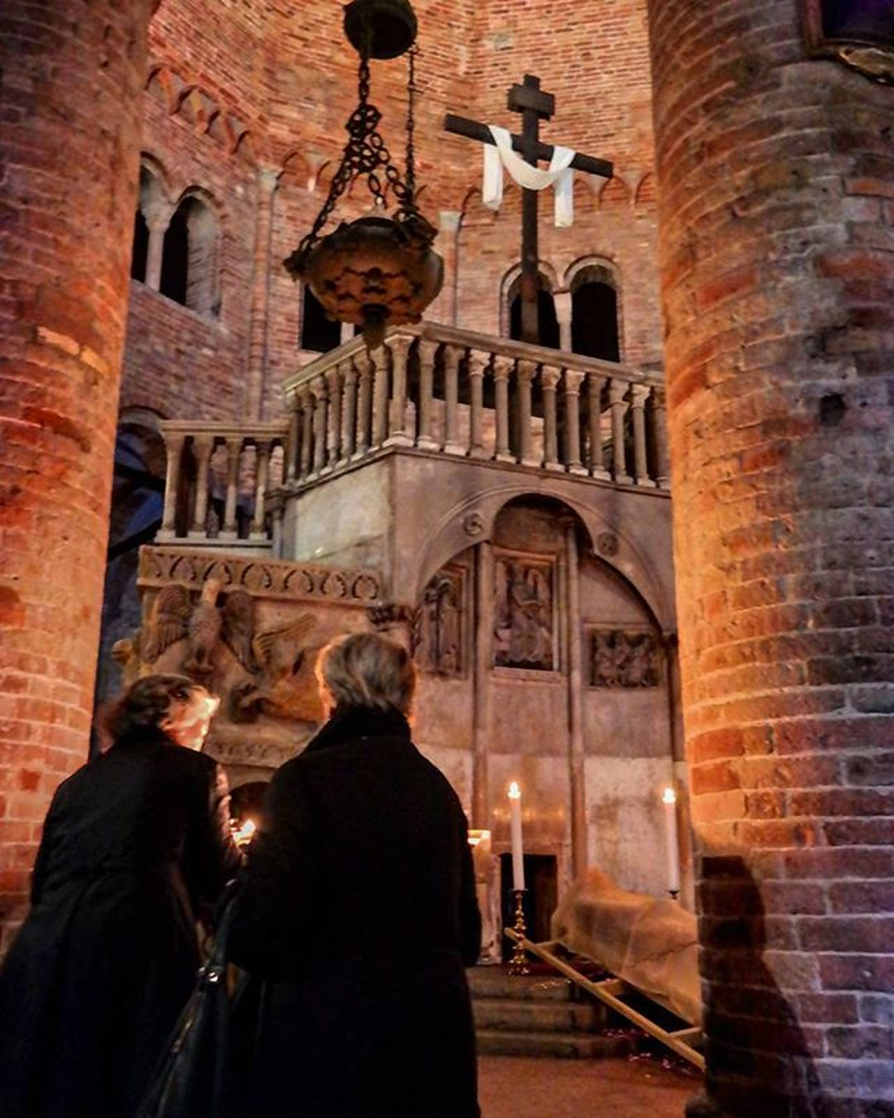 It's better to light a candle than curse the darkness Bolognacity SanStefano Karfreitag Easter Venerdìsanto Pasqua Pray Igbologna Igemiliaromagna