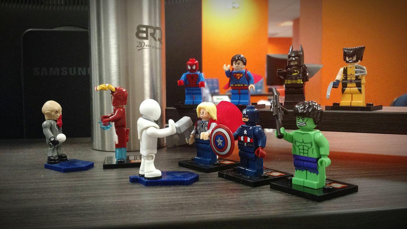 trocando os bonecos da mesa de trabalho =) Drwho Heroes Marvel DComics LEGO