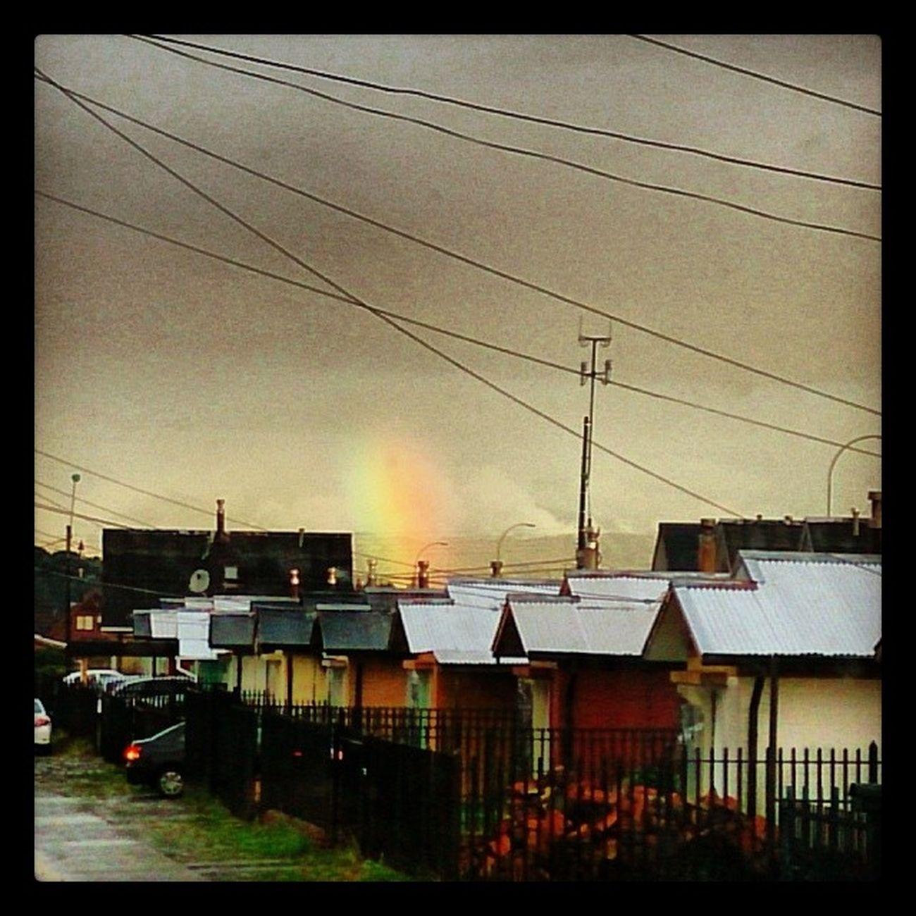 Un lindo arcoiris se asoma por el fondo