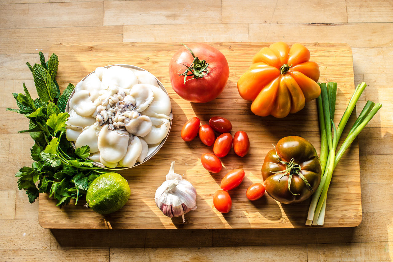 Close-up Food Food And Drink Freshness Garlic Garlic Bulb Garlic Clove Healthy Eating Indoors  Ingredient Large Group Of Objects No People Onion Preparation  Pulpo  Raw Food Salad Table Tomato Variation Vegetable Wood - Material