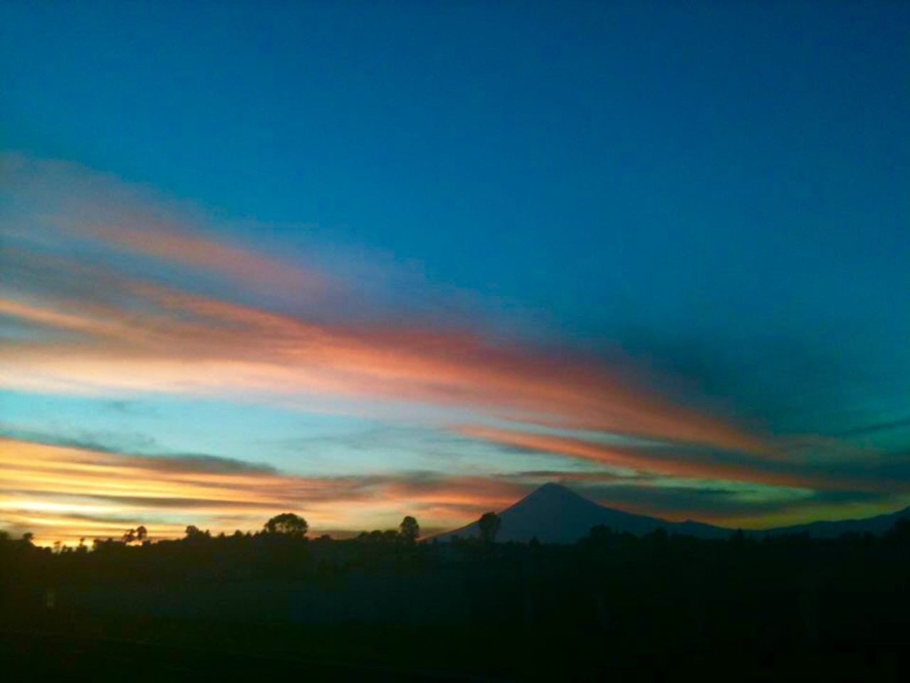 Disfrutando el atardecer Volcán Popocatépetl !! Hanging Out Taking Photos Enjoying Life Relaxing Connected With Nature From My Point Of View Sunset Clouds And Sky Volcano Landscape
