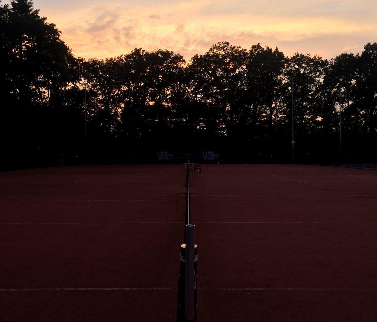 Playing tennis at university... 🎾☀️👌🏻 sSunsettsSilhouettesSkyoOrange ColoroOutdoorstTranquility cCloud - SkysScenicstTenniscourttTennis 🎾University Campus Sport Netherlands Campus Campus Life