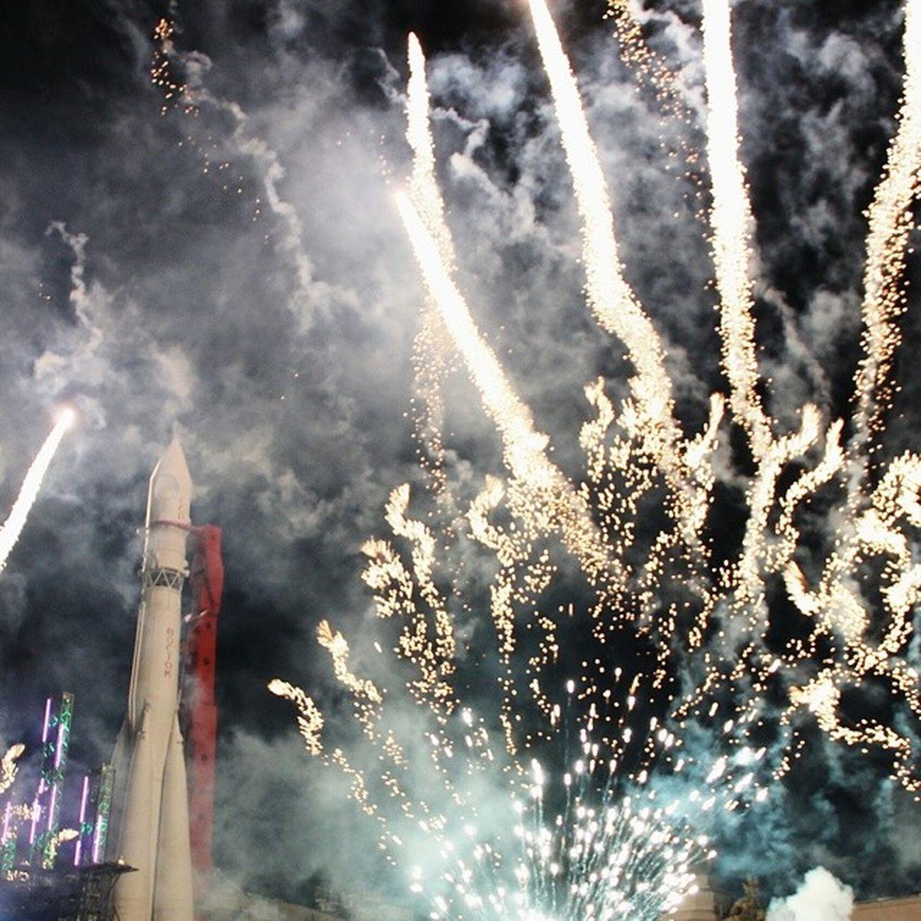 Воскресная огненная фиерия посвящённая 75 ти летию ВДНХ красиво было салю концерт москва лето
