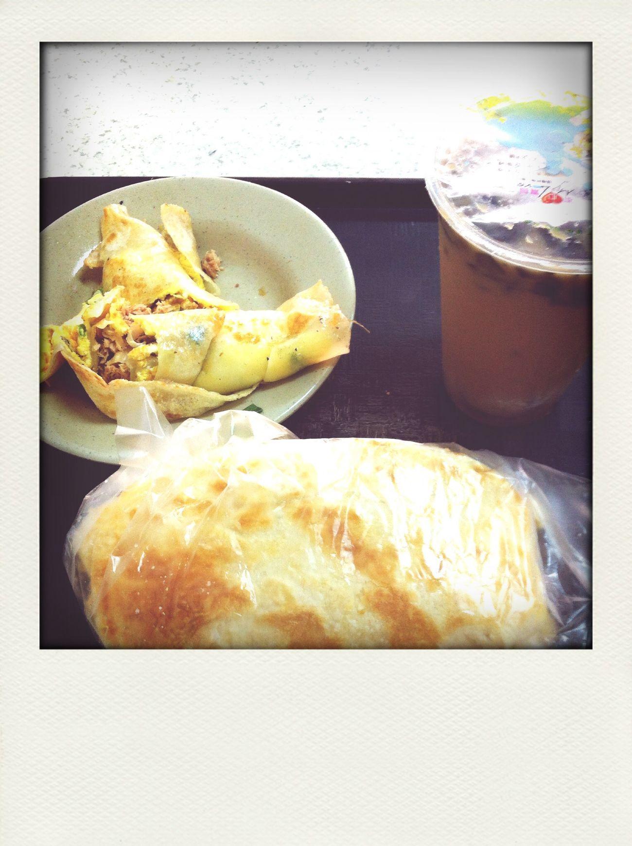 鮪魚蛋餅+燒餅夾生菜沙拉+仙草豆漿。