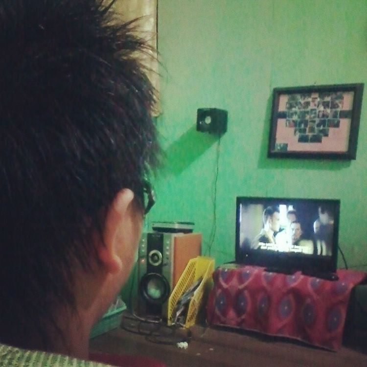 Spending my time with movie in my room.. Still rest time for a week.. That's why it's my relax time with movie haha actually i'm one of the movie lovers.. Haha MyRoom Cinema Movielover Movietime