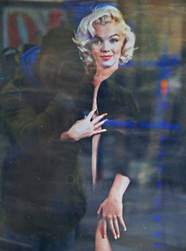 Sonríe para mí por última vez. // Smile for me last time. April Showcase From My Point Of View Photography Silluet Person Body Language Reflection_collection Reflections Reflection On Building Model Photographer City Walk City View  City Scape Madrid La Vida En Un Reflejo