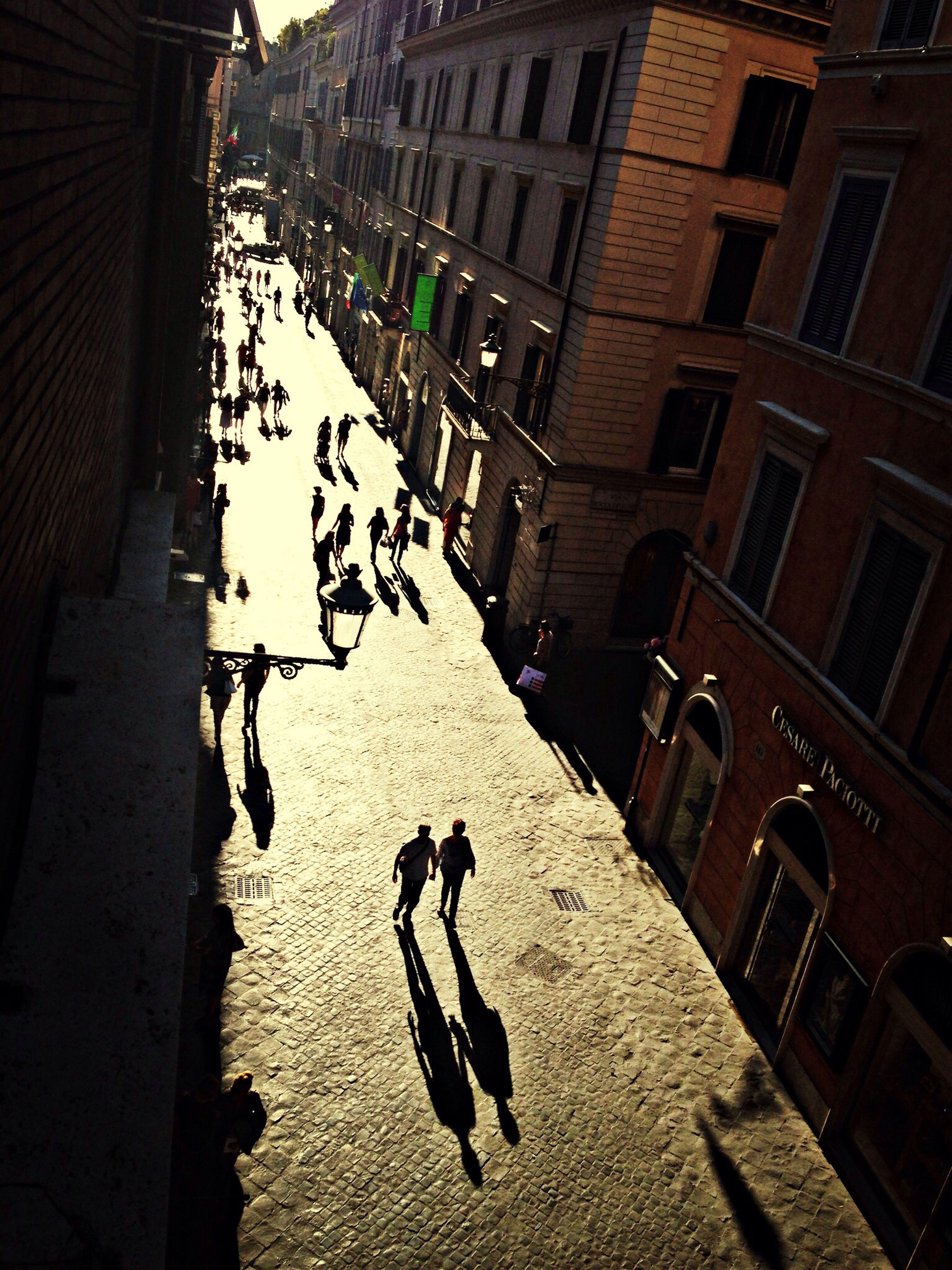 Un legame di silenzi e di ombre, che si prendono cura l'una dell'altra lontani dal mondo
