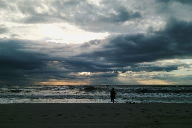 Когда у моря сильный ветер, закат, волны и ни души, кроме тебя, сердце трепещет от всего происходящего вокруг. Ты вспоминаешь всё, и свое детство, и то, что происходило недавно, и то, что возможно будет, и твои мечты, и грезы, всё прекрасное и неожиданное, всё невообразимое и реально. Аж дух захватывает^^ Это одно из самыз прекрасных чувств, что мне удалось ощутить.