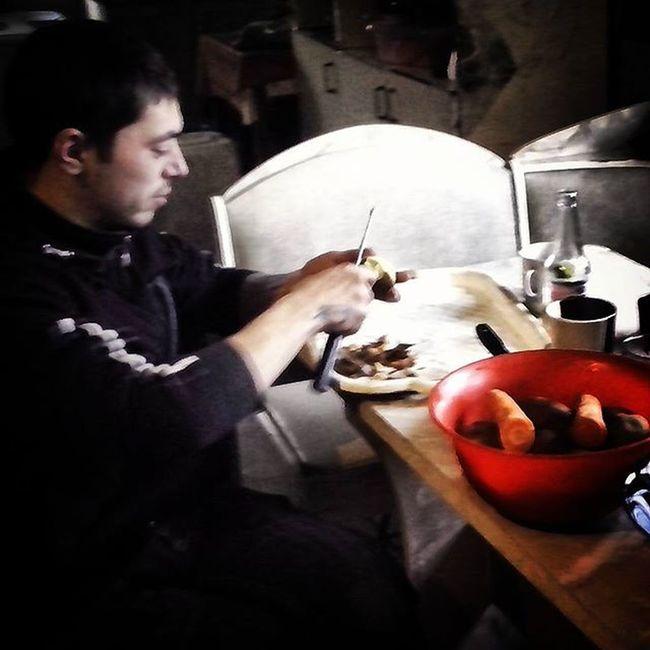 Вот так, мне оливье муж готовил. А меня с кухни выгнал :)новый_год2016 поднотовкакновомугоду оливье муж Еда Food Holiday Husband , Olivier Training New_year