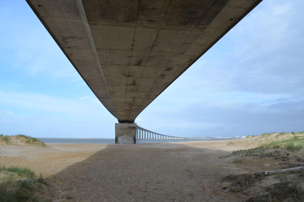 Le pont de l'Ile de Ré vu depuis la pointe de Sablanceaux à Rivedoux-Plage. Beton Bridge Built Structure Concrete Concrete Bridge Ile De Ré Pont Rivedoux Sablanceaux