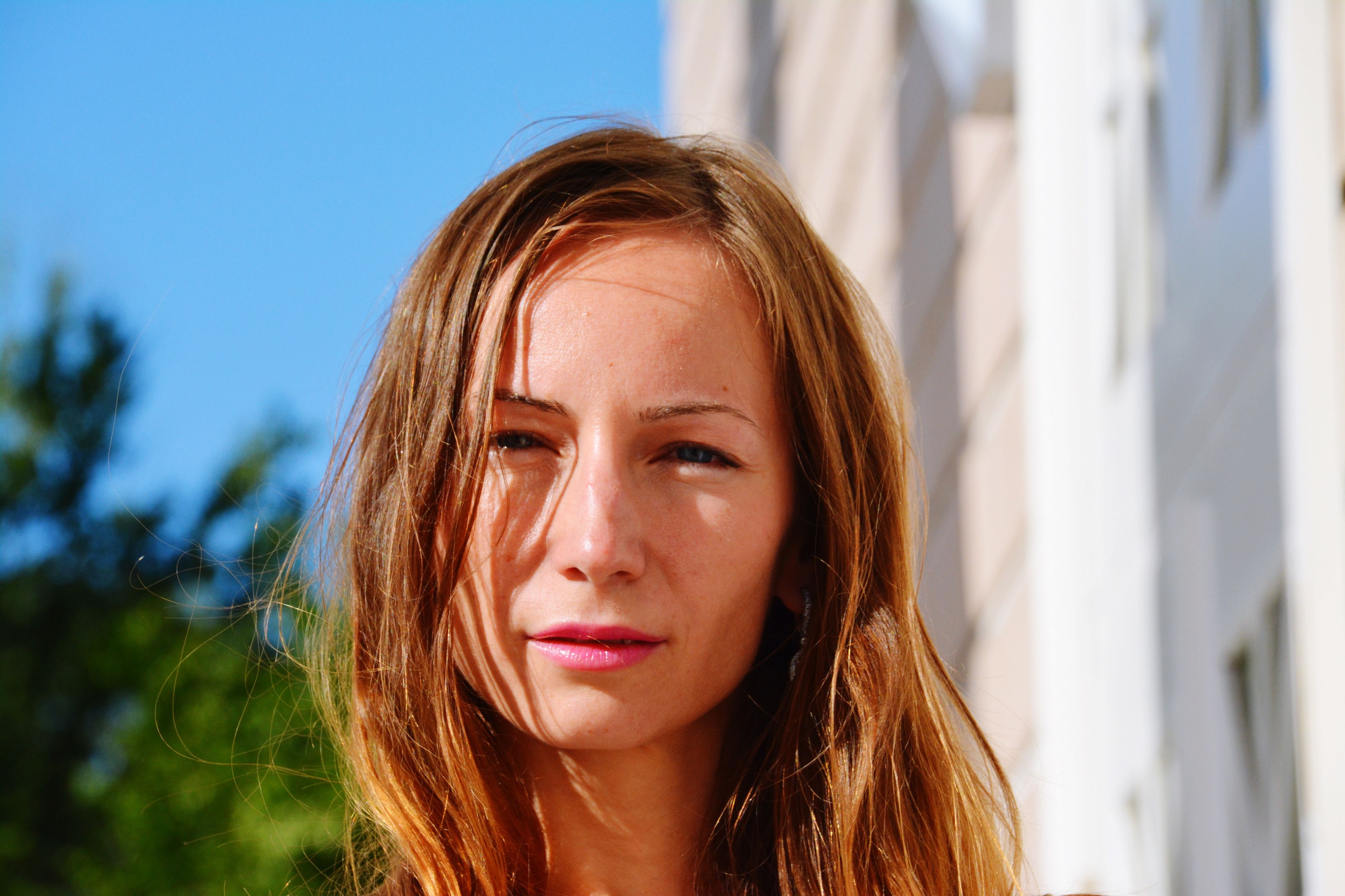 young adult, young women, person, long hair, looking at camera, portrait, headshot, front view, lifestyles, focus on foreground, smiling, leisure activity, close-up, beauty, head and shoulders, brown hair, blond hair