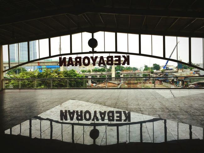 Reflection Railwaystation Text Western Script Communication Non-western Script Guidance Information Sign Information Warning Sign Architecture Symbol Railroad Station Day Reflection Mirro