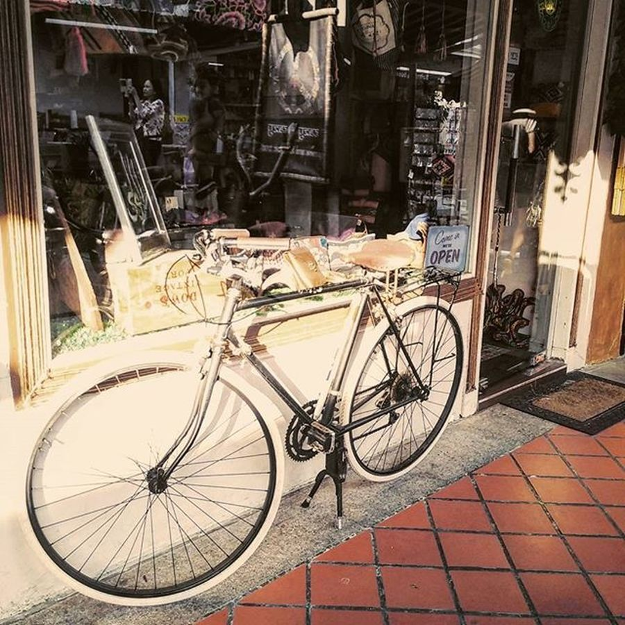 Really-really cute bike there. Vintage Vintagestyle Tokyobike Singapore Saturday Travelish IGDaily