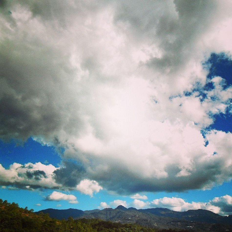 Tan bajas las nubes que pareciera uno estar cerca del cielo... Caminando Observando Cielo Montanas Tlaxiaco Oaxaca Mexico