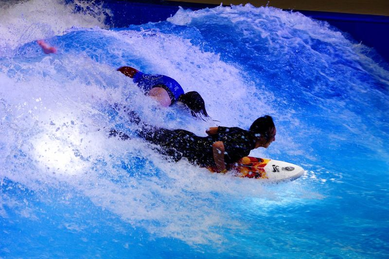 Surfen auf der Boot in Düsseldorf Fun Motion Leisure Activity Vacations Enjoyment Swimming Pool Speed Men One Person Water Day Sport Outdoors People Lifestyles Real People Activity One Man Only Extreme Sports Water Slide An Eye For Travel