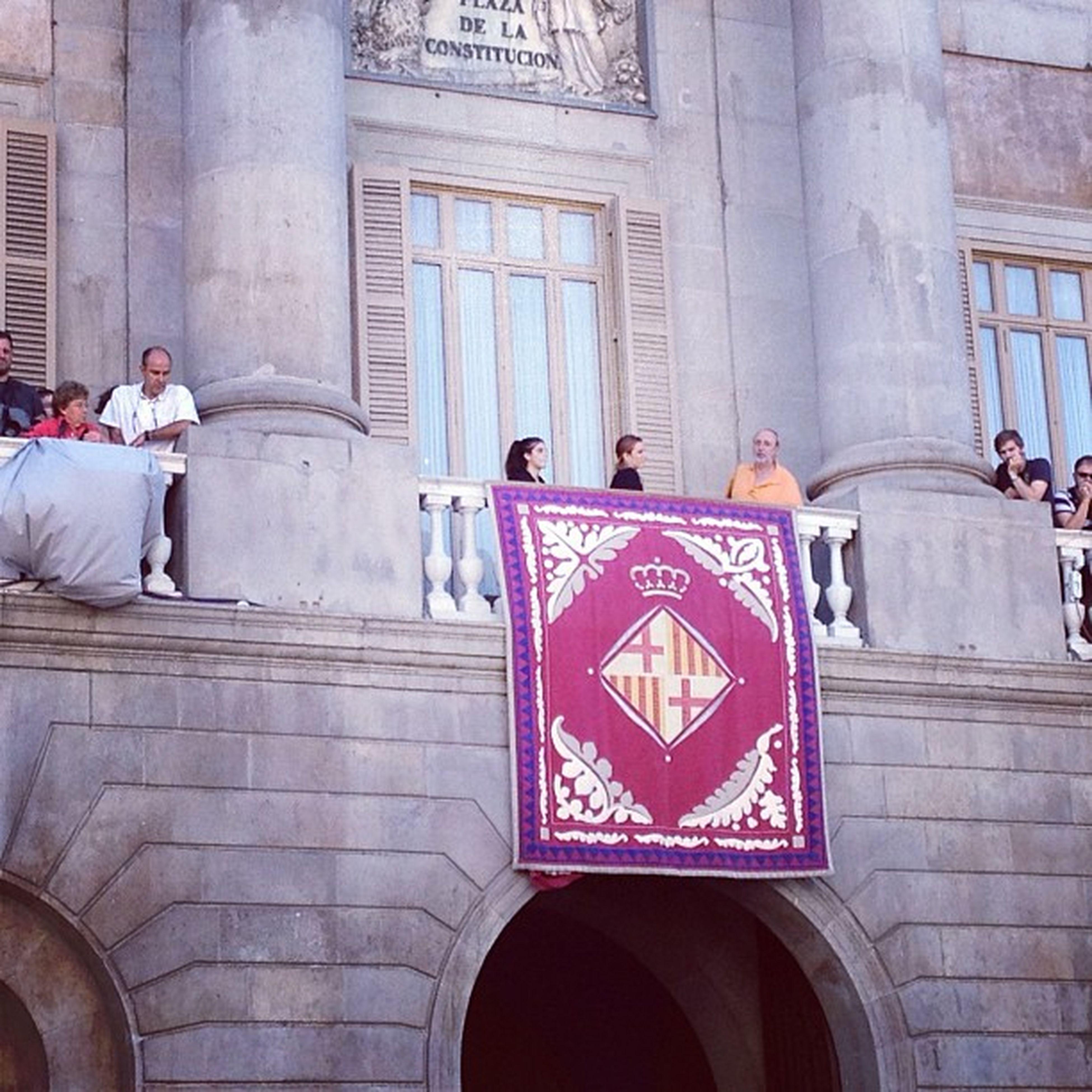 Aquesta és la representació de l'Ajuntament de Barcelona quan els gegants de la ciutat ballen a Plaça Sant Jaume #plasplasplas #merce12 Mercè12 Plasplasplas