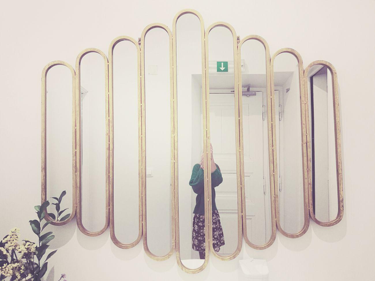 -¿Por dónde empezar una mudanza? -Es fácil, elige que parte de ti quieres llevarte, de nuevo, a esa ciudad... «« Microhistorias»» Move Mudanza Mirror Portrait Autoretrato Futuro Future Microhistoriastesis99 Tesis99 EyeEm No People Indoors  Pared Wall Portugal Baño  Bathroom Reflejo Reflection HuaweiP9 Reflections Espejos