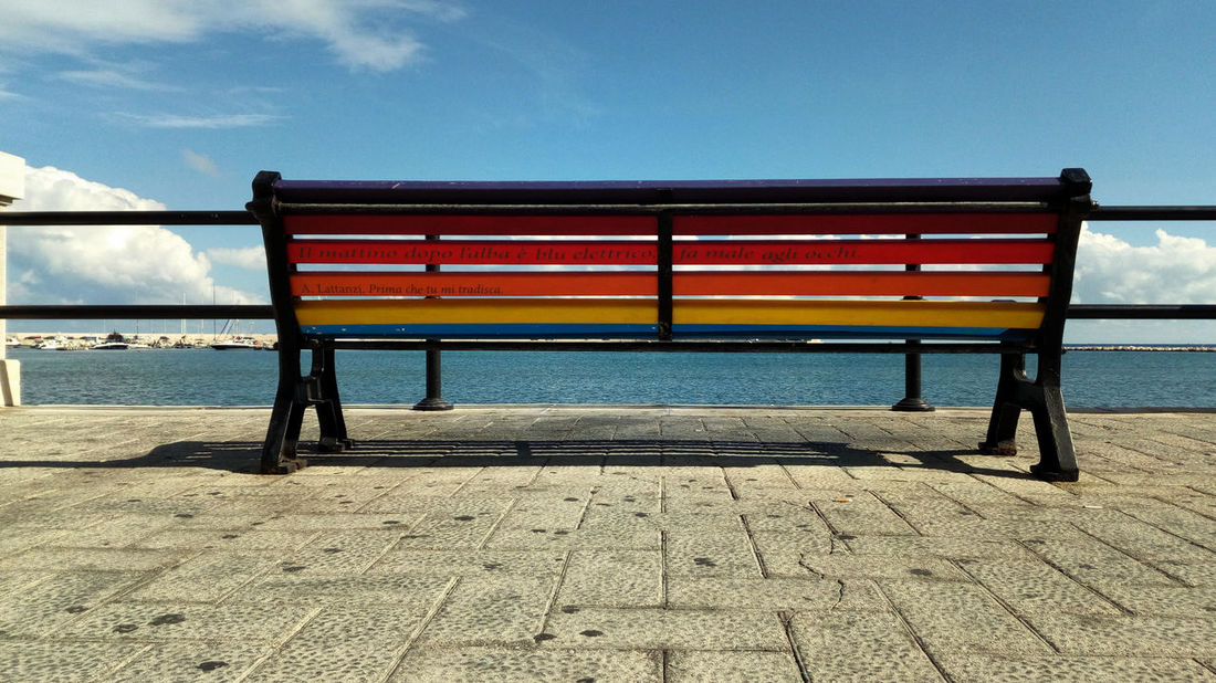 Il mattino dopo l'alba è blu elettrico, fa male agli occhi Bench Colourful Rainbow Colors No People Outdoors Sea Sky Striped Water