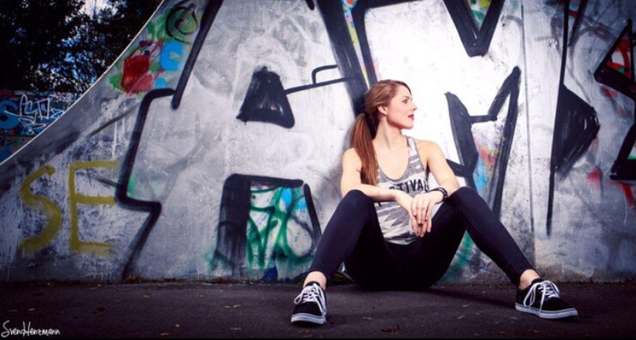 Girl Me Skatepark Graffiti Fotoshooting Lässig Fotograf Style Redlips Outdoor Wand