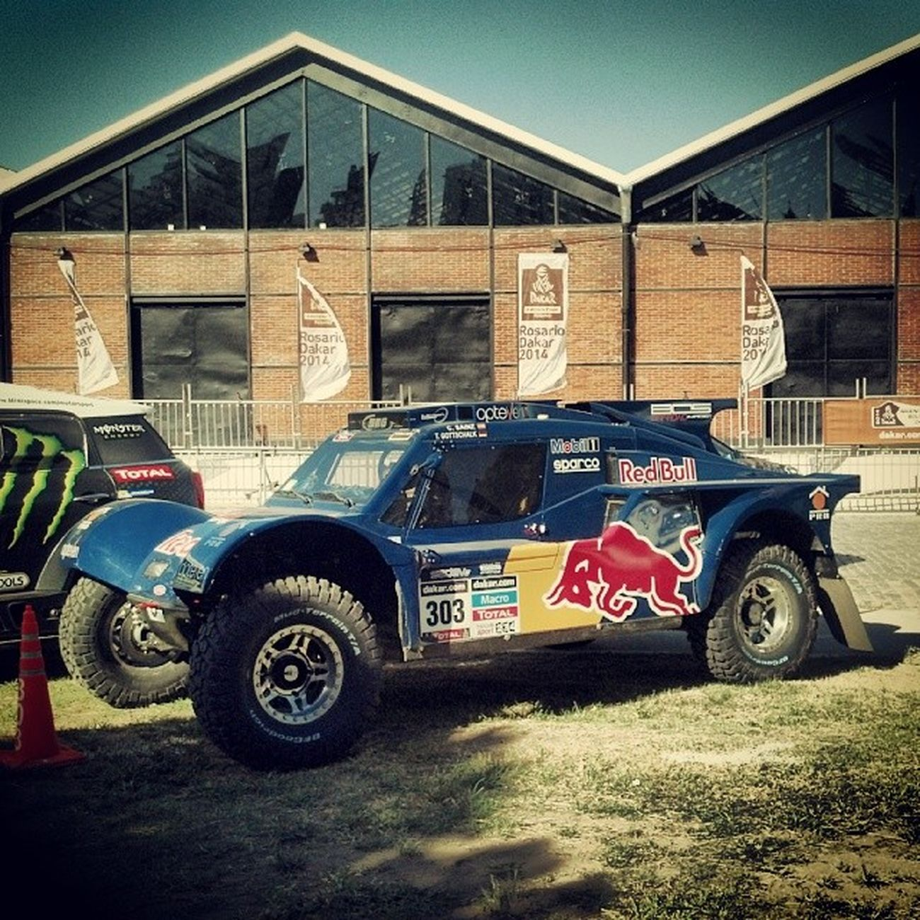 Red Bull everywere! \0/ CarlosSainz RedBull RedBullDakar Dakar2014 RosarioDakar