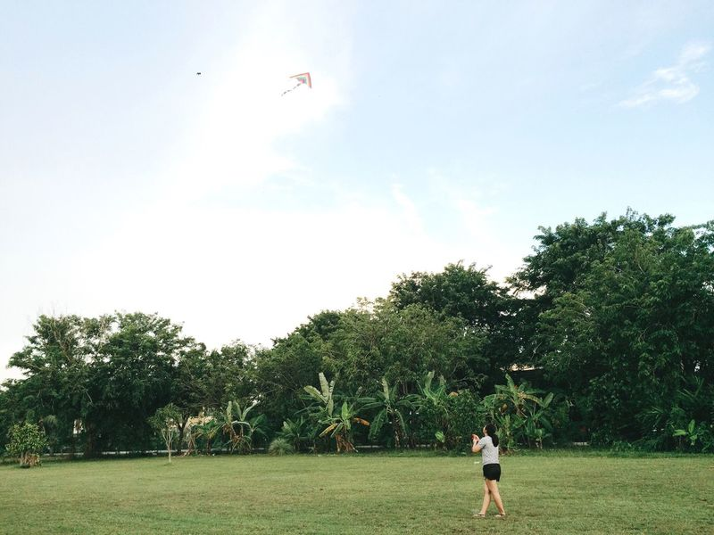 IPhoneography VSCO EyeEm Gallery My Point Of View September 2016 Playing Kite Evening Kite Field Women Minimalism Leisure Activity Leisure Time Weekend Activities Happy Enjoying Life EyeEm Best Edits Simple Life Fun Relaxing Weekend Holidays Live For The Story