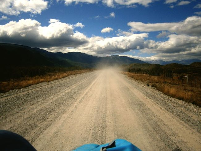 Carretera Austral Mochilero Autostop Patagonia Chilena Naturaleza AirePuro Camping Montanas Nubes Y Cielo