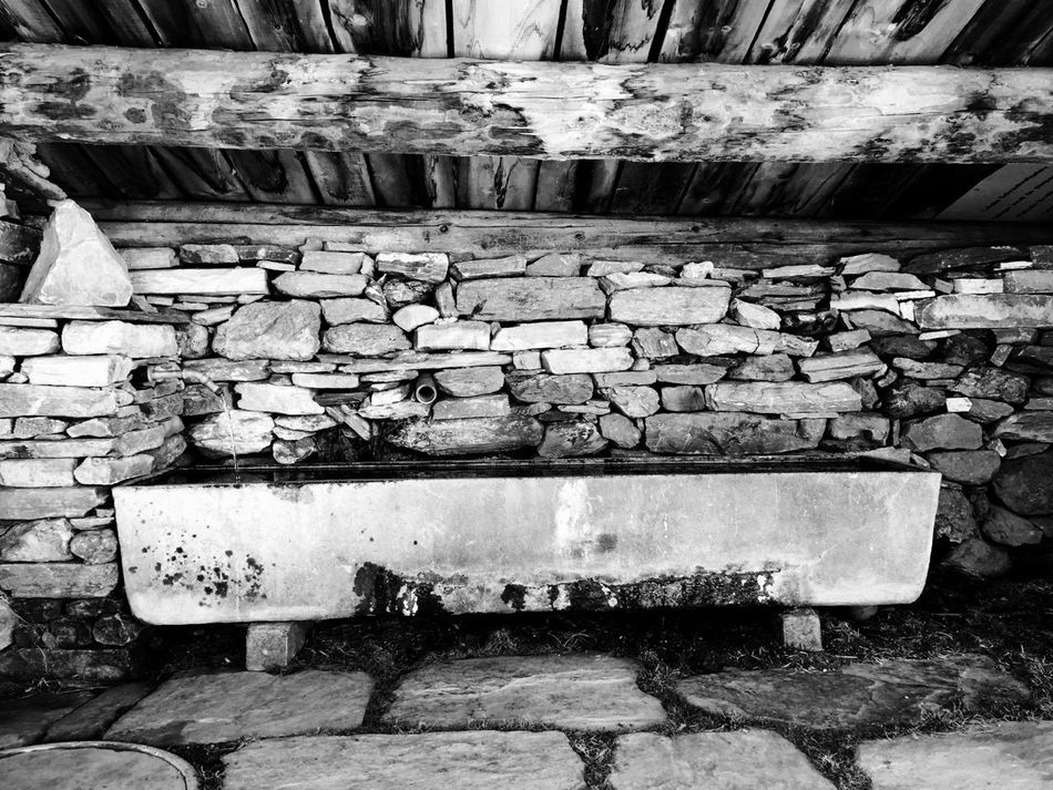Brick Wall Dirty No People Old Outdoors Rustic Wall - Building Feature Waterbasin