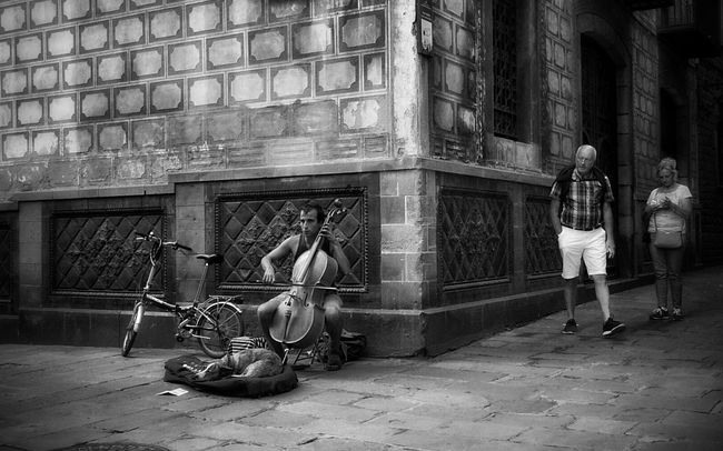 """Where words fail, music speaks..."" Blackandwhite Monochrome Streetphotography Mi Serie Barcelona"