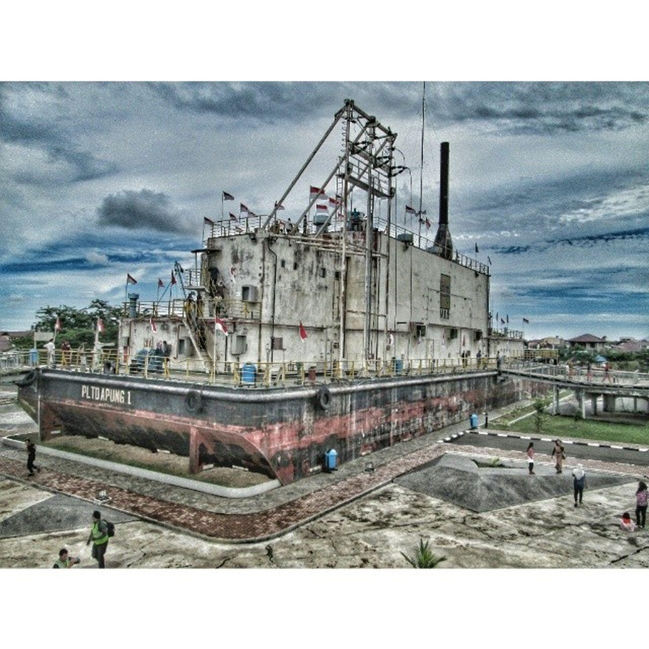 [Repost + Reedit] PLTD APUNG 1 adalah Pembangkit Listrik Tenaga Diesel lepas pantai dengan bobot 2600 ton yang didorong sejauh 5km ke daratan oleh kedahsyatan Tsunami [ 26 Des 2004 ]. Sekarang berlokasi di Gampong Punge Blang Cut, Kota Banda Aceh Pict courtesy by @innokribow Edited by @uledivo_gi Inub2613 Instanusantara Instanusantaramedan Earthquake tsunami aceh