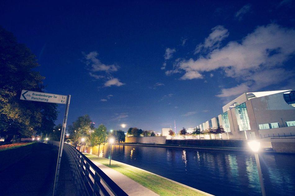 Berlin, Nachts am Kanzleramt. Der Mond ist aufgegangen.
