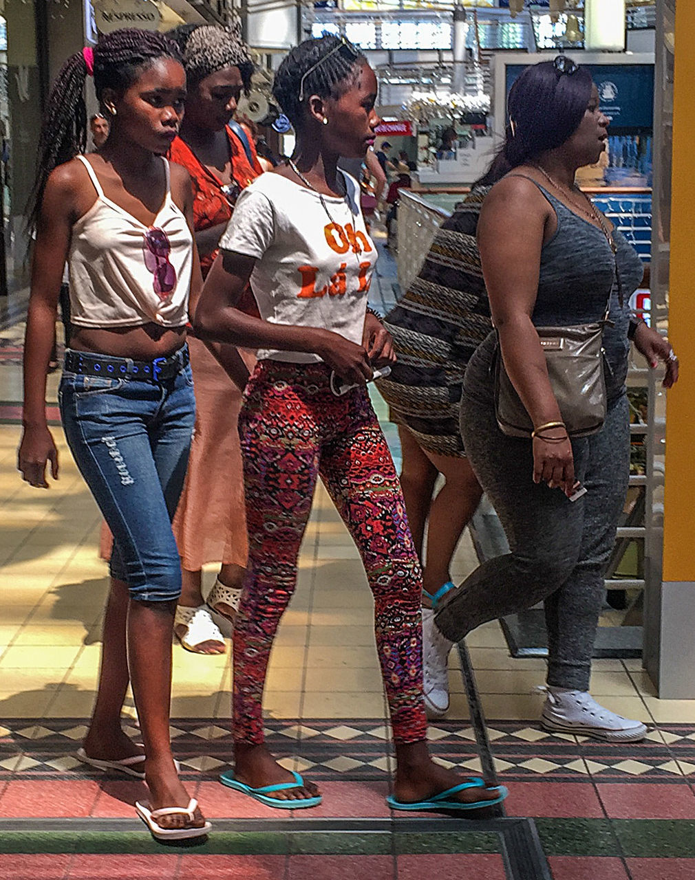 young women, young adult, real people, full length, casual clothing, standing, lifestyles, fashion, city life, leisure activity, women, day, outdoors, city, togetherness, friendship, adult, people, adults only