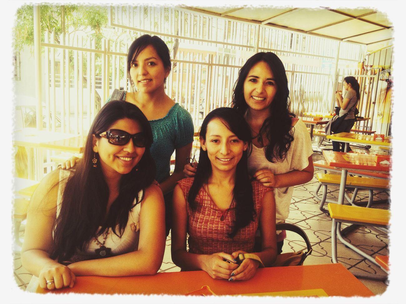 Disfrutando el tiempo con las chicas RiendoComindo Hablandohablando