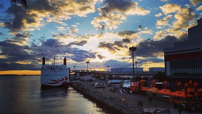 49歳になったおっさんの誕生日記録 大阪・南港ATCホールでの楽器フェア「サウンドメッセ2015」を離脱。たくさんの人々と死ぬほどしゃべって声ガラガラ。 そして次の場所へ。 南港のサンセット。キレイや。 My49thBirthdayTravellingRecord Sunset in South Port of Osaka. Beautiful.