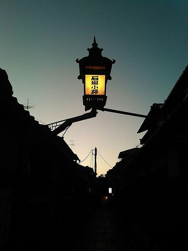 さあ、黄昏の石塀小路へ。 京都 Kyoto 祇園 Gion 石塀小路 街灯 街路灯 ランプ Lamp Light Street Lamp Street Light 夕暮れ 夕暮れ時 夕暮れと夜の間 Evening Evening Sky 逆光 Backlight Silhouettes Silouette & Sky Twilight Twilight Sky
