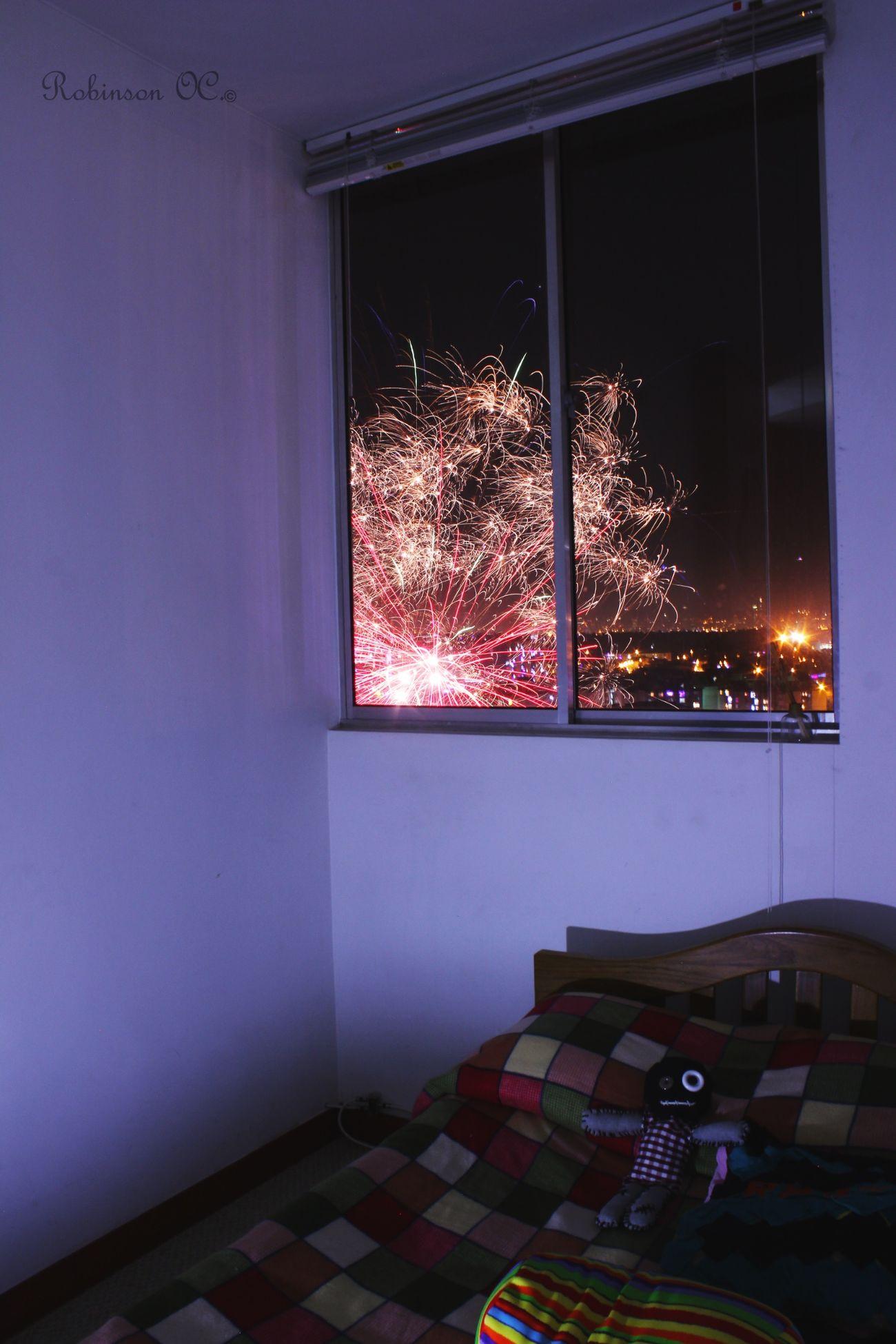 Noche De Velitas Fuegos Artificiales Ventana De Luz Luces De Navidad  Luces De Ciudad Taking Photos