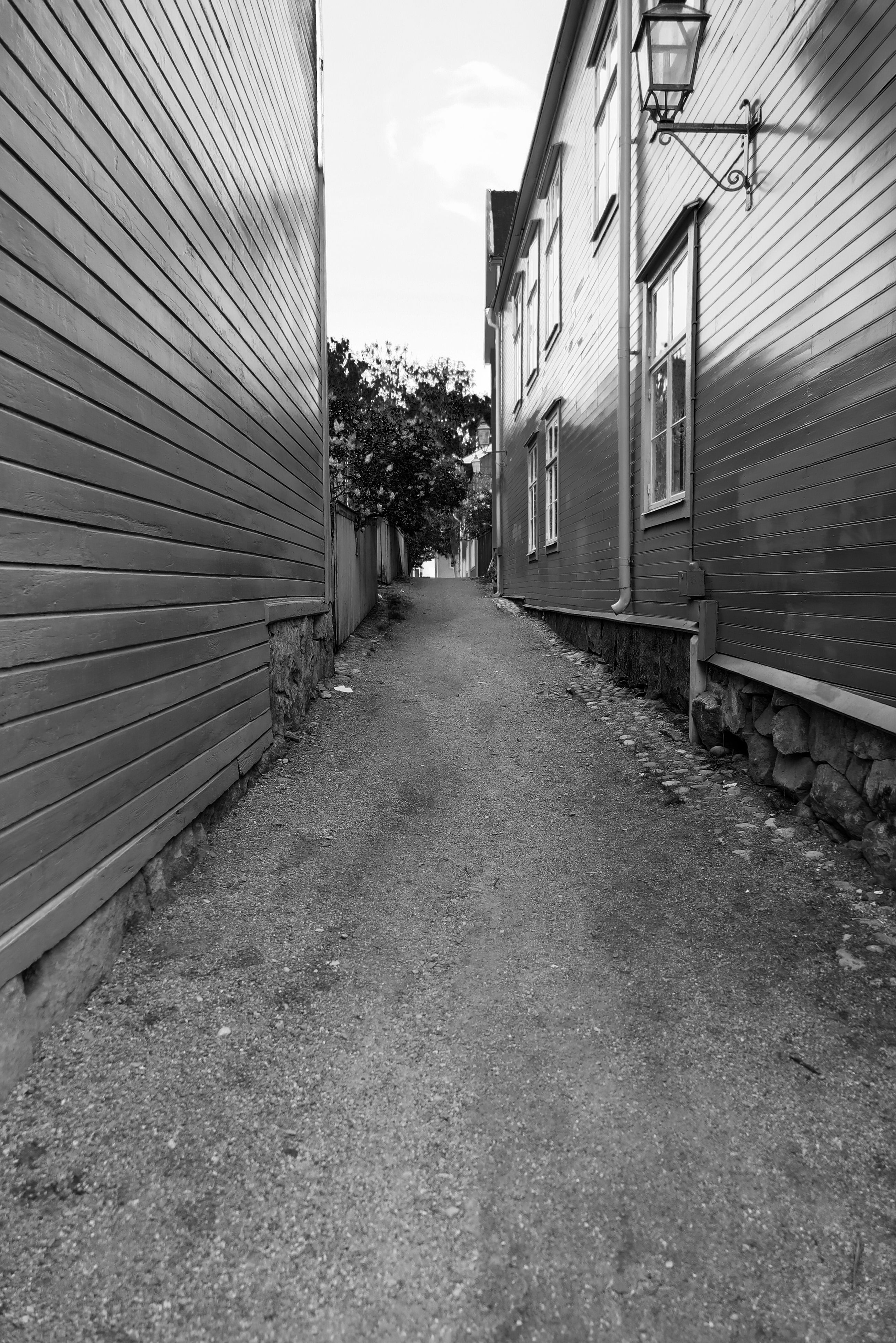 architecture, building exterior, built structure, the way forward, diminishing perspective, vanishing point, narrow, building, residential structure, house, sky, surface level, city, residential building, day, street, alley, outdoors, no people, long