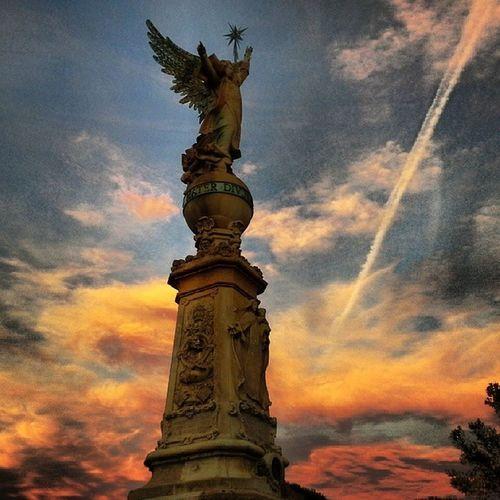 L'ANGEL (1904) És el primer monument dedicat a Mossèn Cinto Verdaguer. Està situat en el cim anomenat SES PEDRES LLUIDORES. A la base s'hi troba una àmplia escalinata i un piló de roques naturals. Al cim, la figura d'un àngel amb les ales esteses assenyala amb la ma dreta el camí de l'ermita i amb l'esquerra alça una estrella. El cos de la construcció té un relleu de pedra a cada cara. La cara que mira al mar, representa Nostra Senyora de Gràcia i als peus, el medalló de bronze amb l'efigie de Mn. Cinto. El monument fou projectat i dirigit en la part artística per Enric Monsardà. La part escultòrica ès de Federico Bechini, segons model de l'escultor modernista Eusebi Arnau i realitzat al taller de Joan Pujol. Lloretdemar Igersgirona Incostabrava Catalunyaexperiencie descobreixcatalunya elmeupetit_pais clickat enamoradadelmeupoble estaes_espania estaes_catalunia
