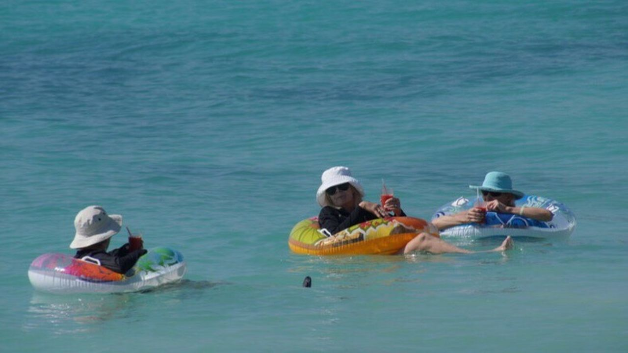 Three Chatting Ladies Holiday Have Fun Good Drinks Swimmingpool Ring Blue Sea Blue Water