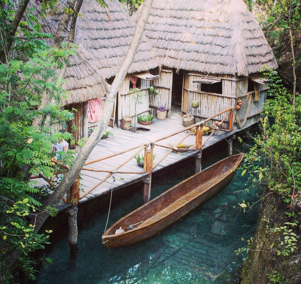 Una mirada al estilo de vida pasado Cancun Canon Water Barque House Wood Dock Blue Green Plants Barcas