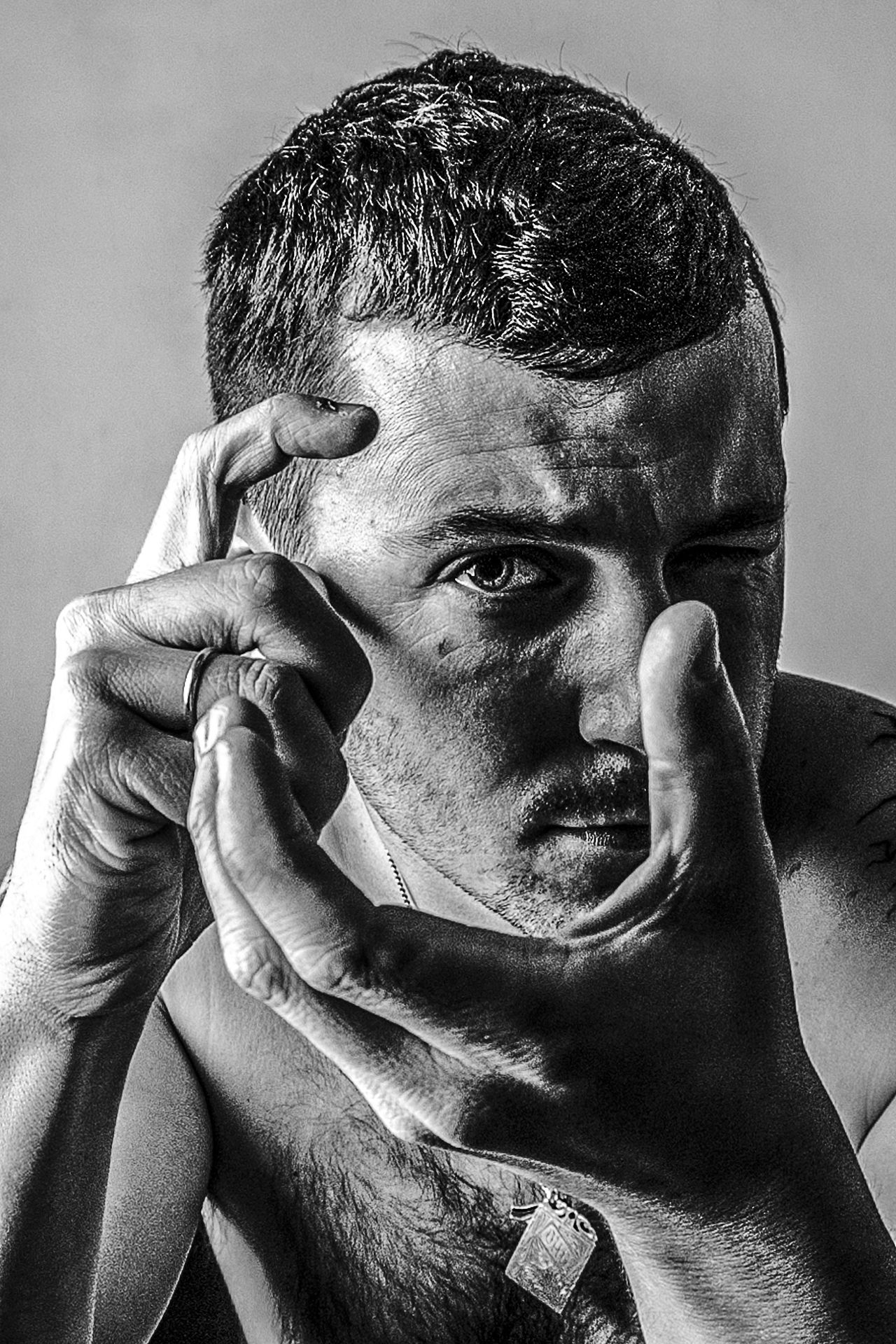 Auto Retrato Black And White Blanco Y Negro Headshot Human Body Part Human Face Human Hand One Person People Self Portrait EyeEmNewHere EyeEmNewHere