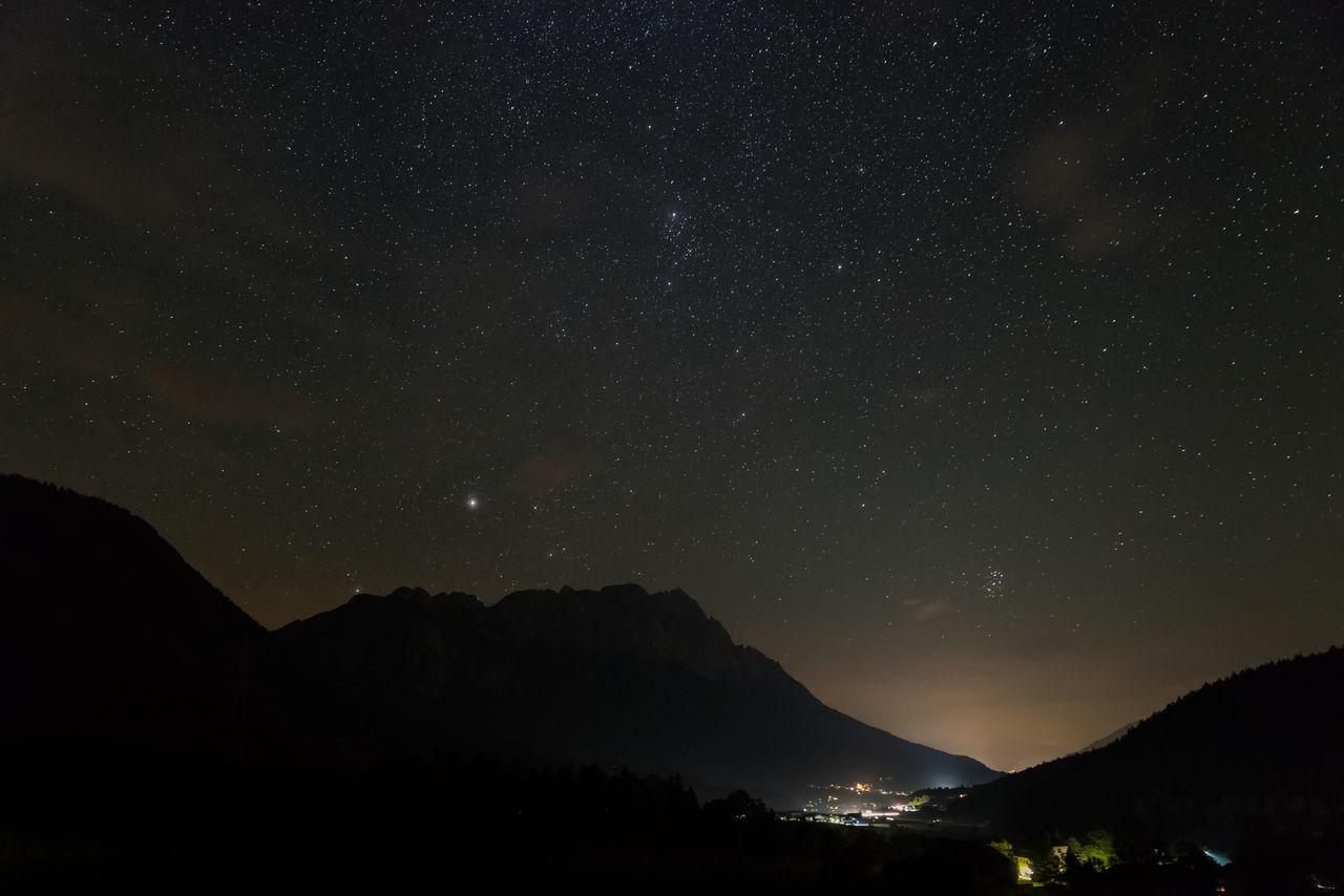 Berge Grimming Landschaft Langzeitbelichtung Nacht Schein Steiermark Sterne  Sternenhimmel Tal Österreich