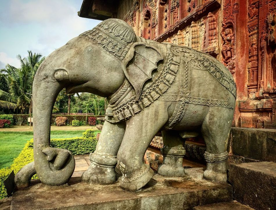 Elephant Structure at the entrance of a temple! Art And Craft Built Structure Carved Elephant Carving Creativity Decorated Elephant Elephant In Stone Famous Place India Architecture Place Of Worship Ruins Sculpture Skilled Architect Stone Material The Past Traditional Tusk
