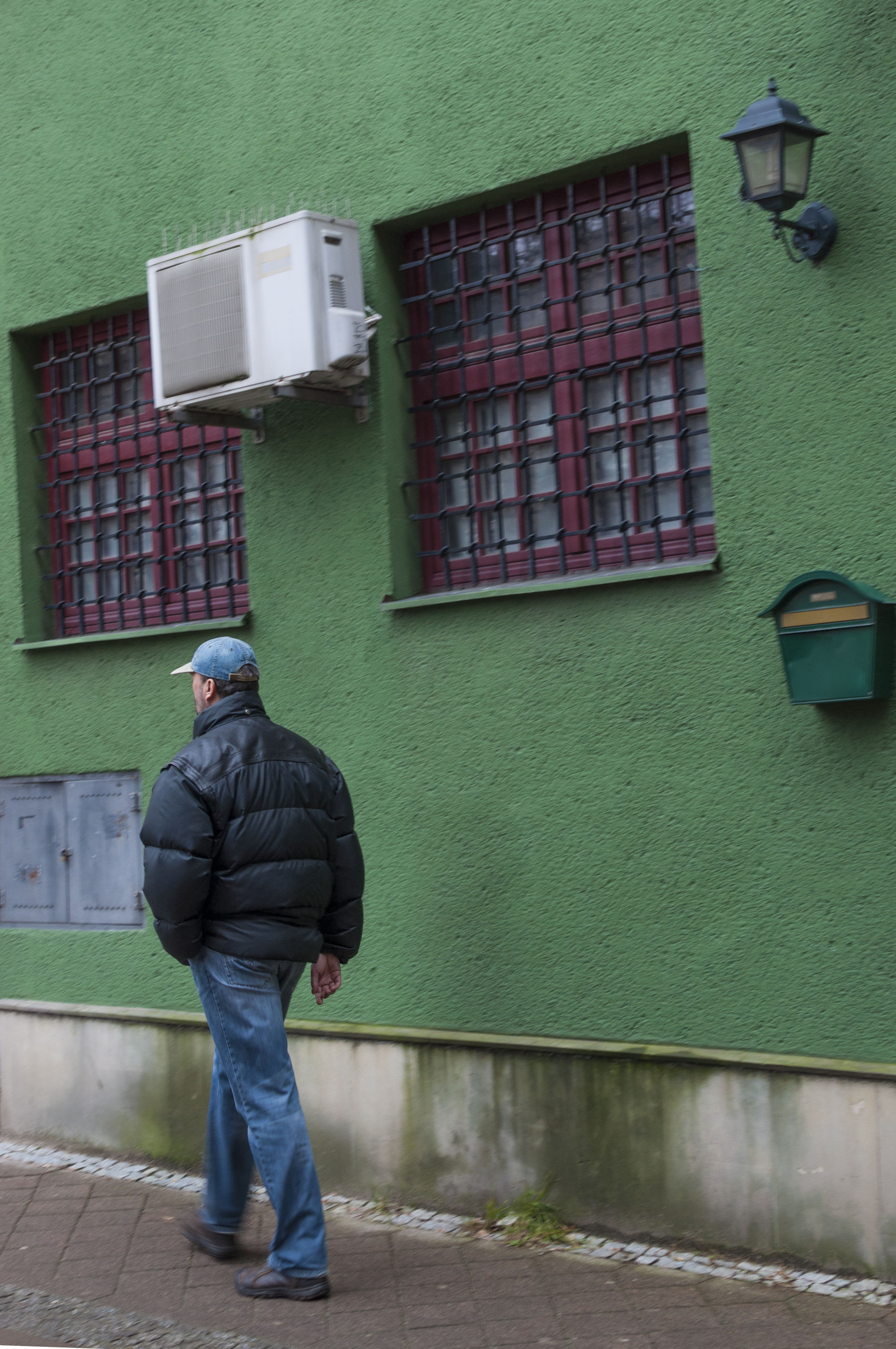 full length, real people, one person, casual clothing, rear view, lifestyles, standing, day, architecture, one man only, radiator, adults only, outdoors, people, adult
