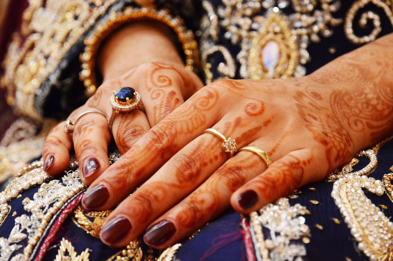 Human Hand Close-up Cultures Ring Bangle Gold Wedding Details Indian Weddings  Indian Wedding Indian Culture  Mehndi Sangeet Tradition Weddingphotography Wedding Photography Wedding Weddings Around The World Hands IndianWedding Henna Violet Rings 💍 Bride