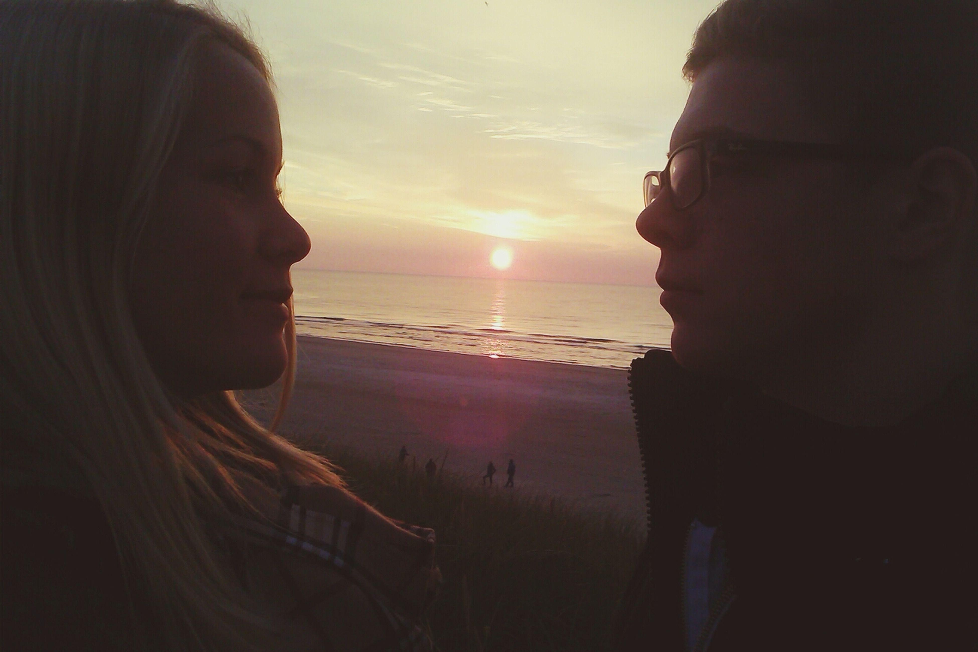 sea, horizon over water, sun, sunset, water, beach, sky, scenics, sunlight, beauty in nature, lifestyles, headshot, leisure activity, tranquil scene, tranquility, shore, nature, vacations