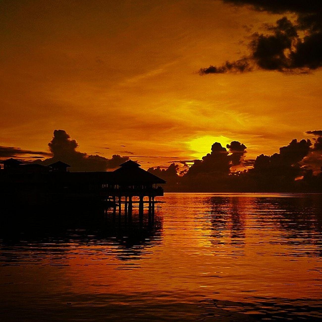 Here comes the sun(set).. Du..du..du..du - The Beatles Boulevard Manado Upload bersama @instanusantara Inub456 Instanusantara Instanusantaramanado Sitoutimoutumoutou lovemanado iManado gangManado FotoVasung sunset Beautiful SkyPorn beach boulevard PhonePhotography Lenovo K860