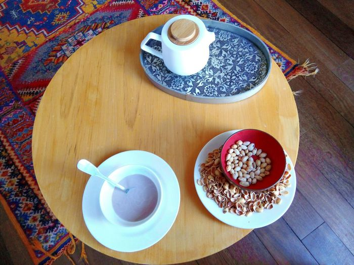 Sunday lazy breakfast Showcase March Interior Views Tabletop Roundtable Hot Chocolate Pistachios Teapot Wood Table Carpet Wooden Floor Your Design Story The 00 Mission The OO Mission Interior Style Lieblingsteil
