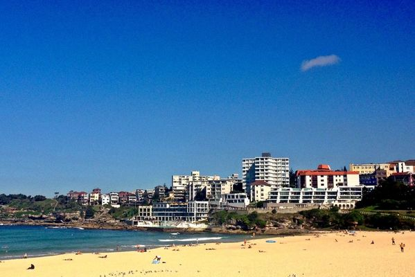 beach at bondi by Lesley Bourne