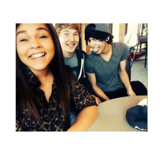 Chillin with these homies.!✌️? Tongueselfie Library